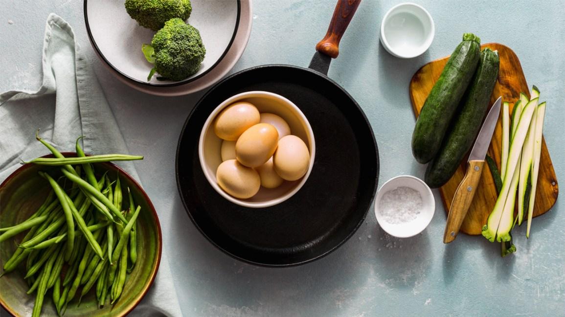 Les végétariens mangent-ils des œufs Courgettes, brocoli, haricots verts et un bol d'œufs