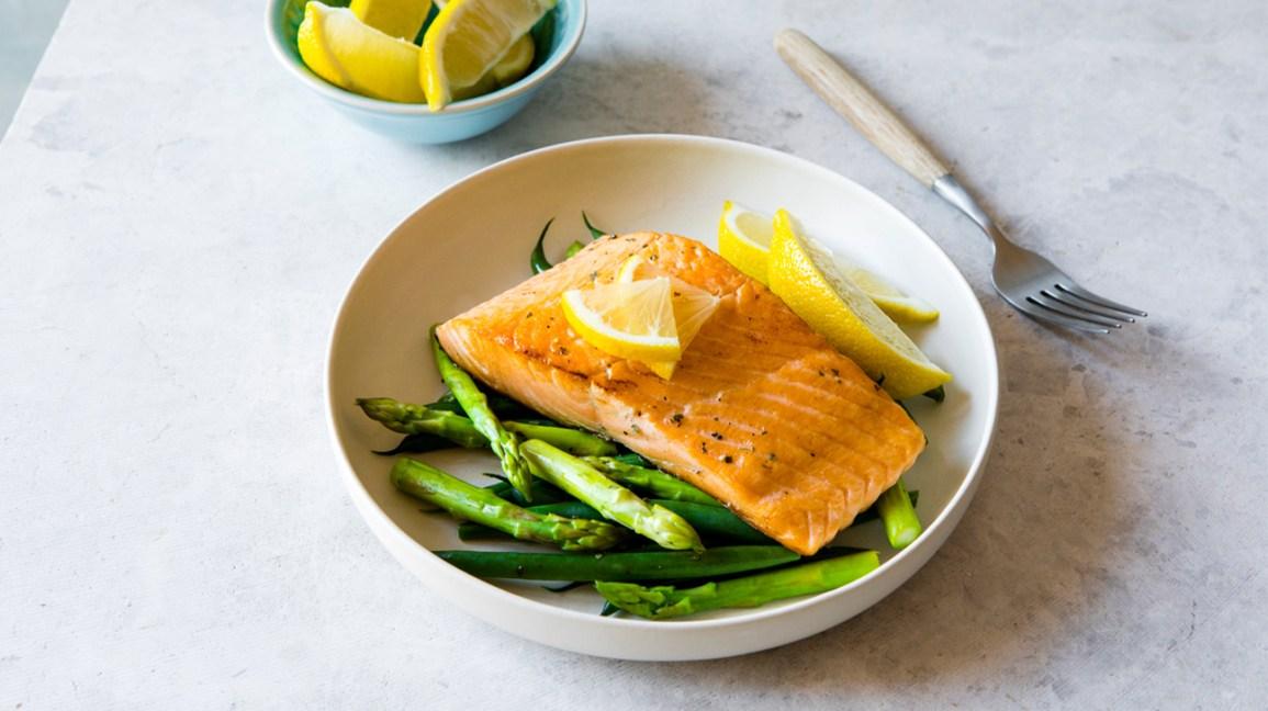 Régime Omni : Saumon aux asperges et plat de citron