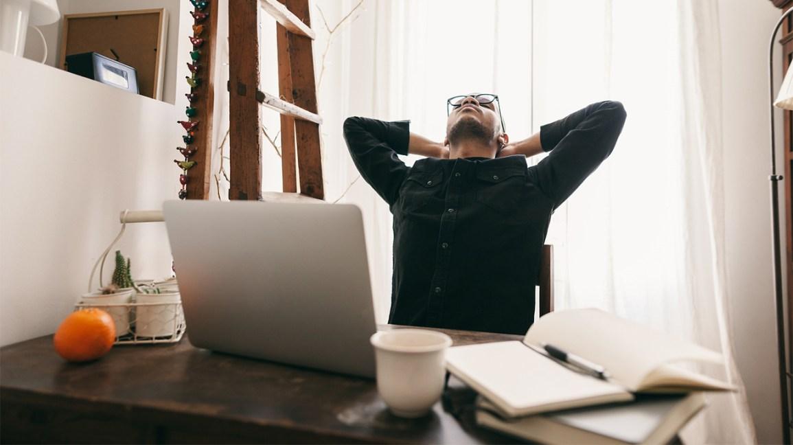 Homme fatigué à un bureau Crash de caféine
