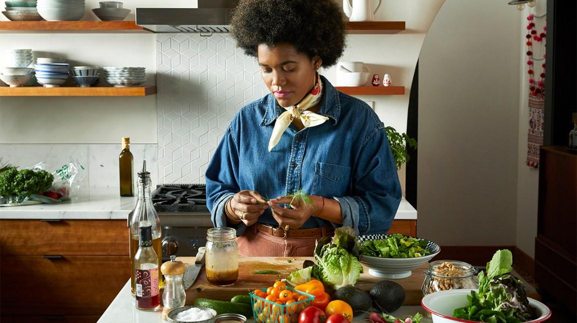 meilleurs plans de repas de perte de poids Femme préparant un repas sain dans la cuisine