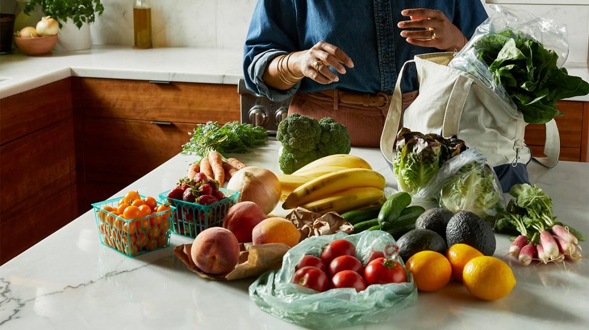 divers fruits et légumes frais sur un comptoir