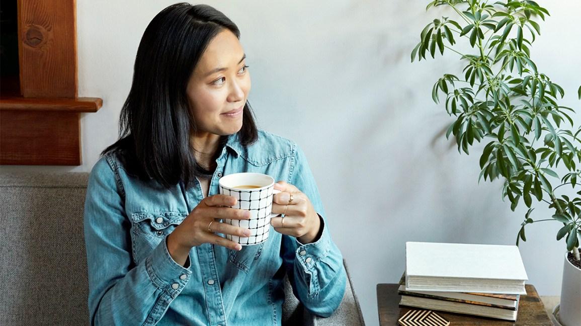Jeûne intermittent  femme avec une tasse de café ou de thé