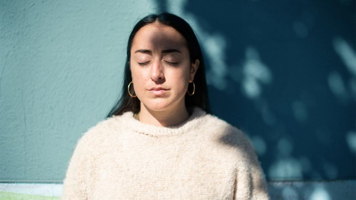 Femme fatiguée absorbant la vitamine D grâce au soleil
