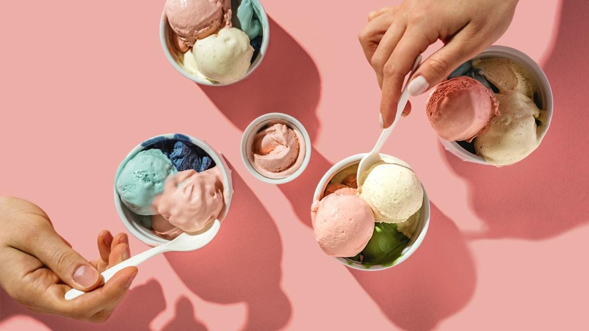 glaces Keto Les gens qui mangent de la crème glacée