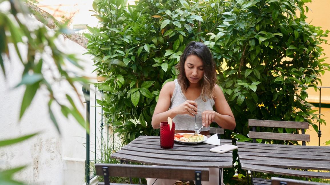 femme mangeant un repas à l'extérieur