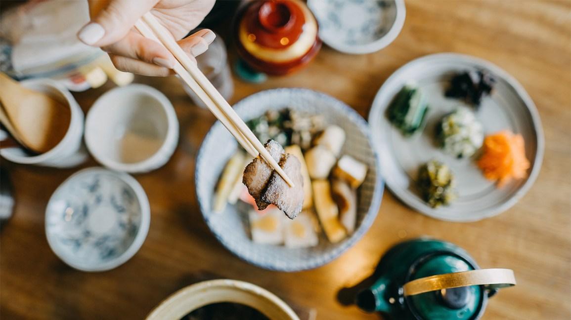 Shokuiku : manger un repas japonais dans de petits bols avec des baguettes