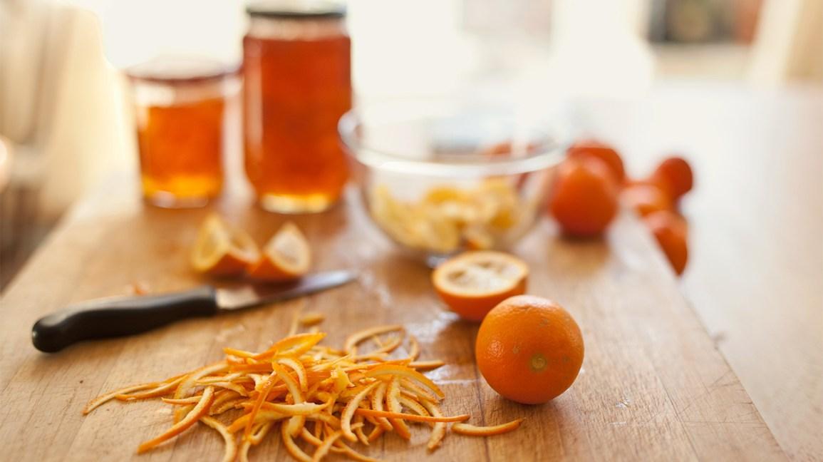orange amère et écorces d'écorces pour faire de la marmelade