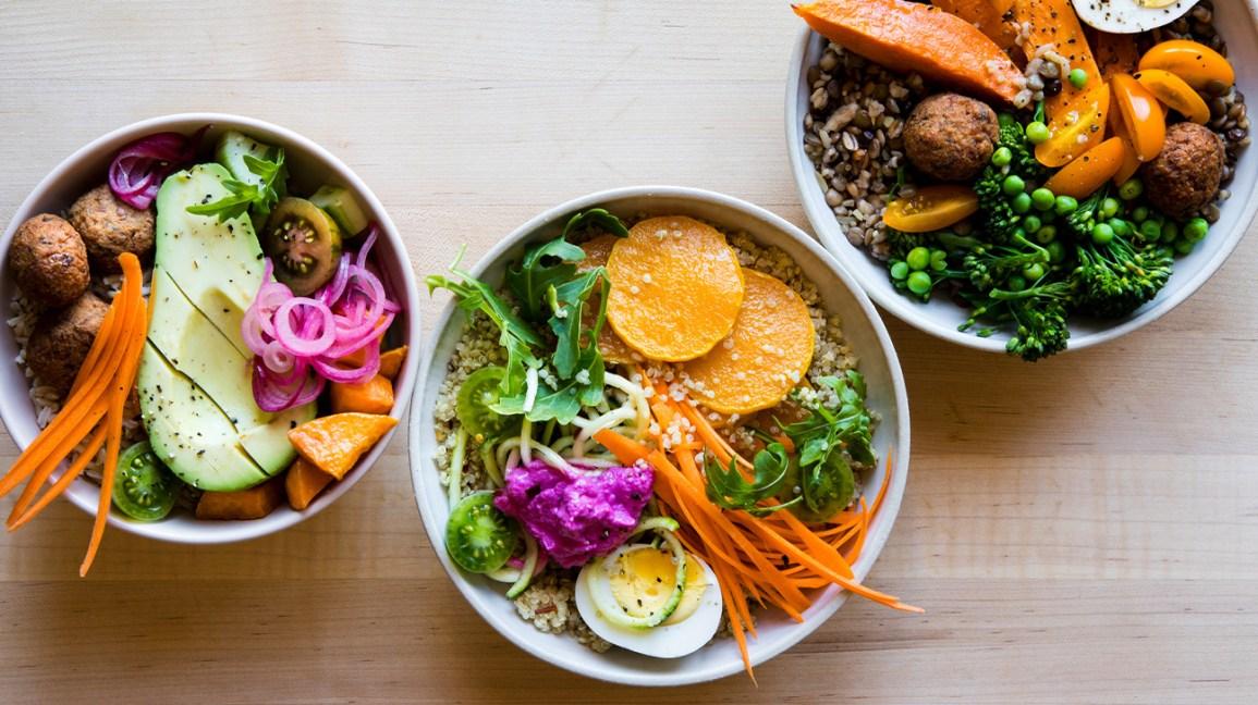 bols de céréales avec des légumes frais et des œufs