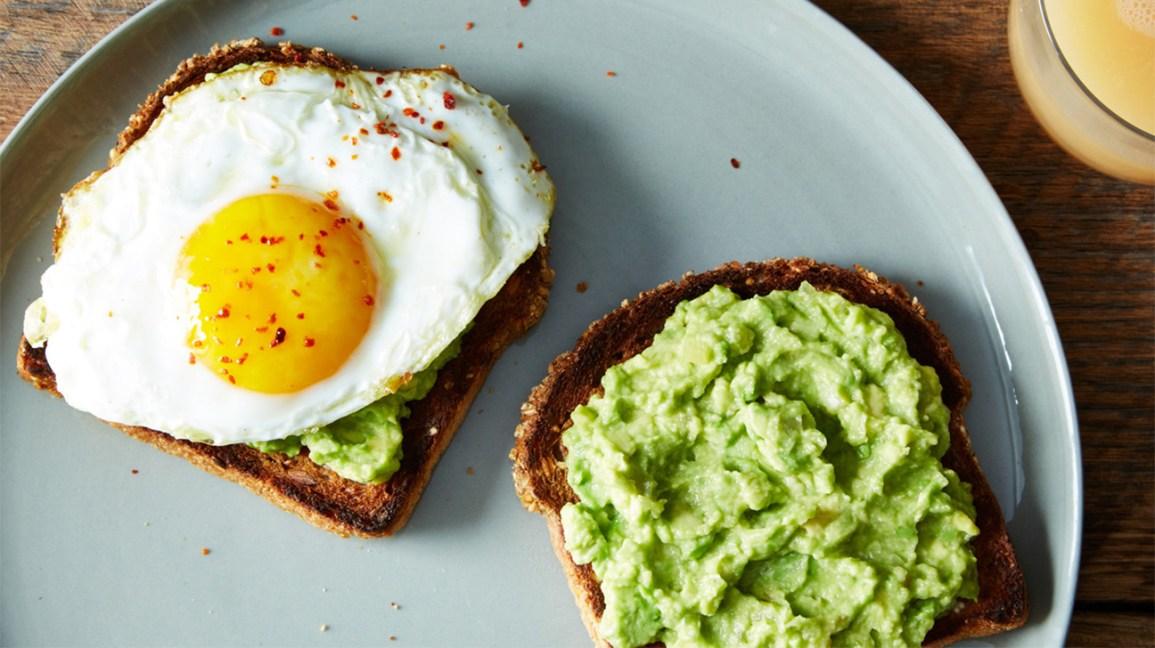 un œuf au plat sur un toast à l'avocat