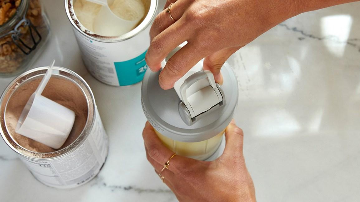 caséine : des contenants de poudre de protéines et un shaker à smoothie