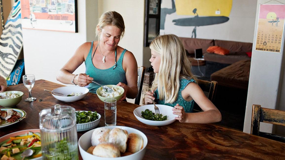 mère et fille mangeant à table