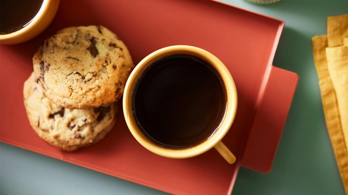 une tasse de café avec des cookies aux pépites de chocolat