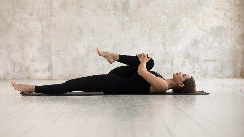 étirement du genou à la poitrine