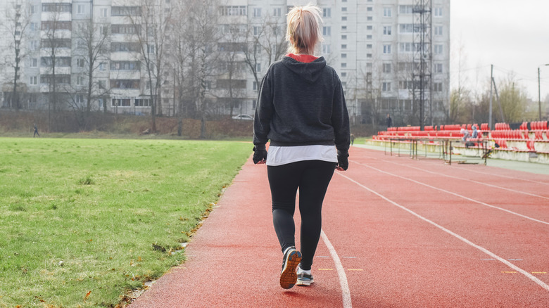 femme marchant sur la voie