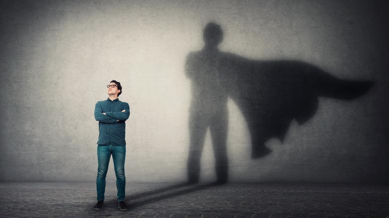 mec avec une ombre de super-héros