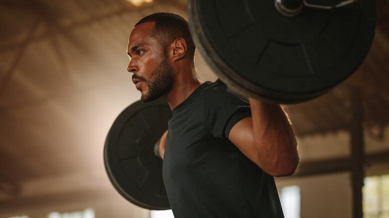 hommes soulevant des poids