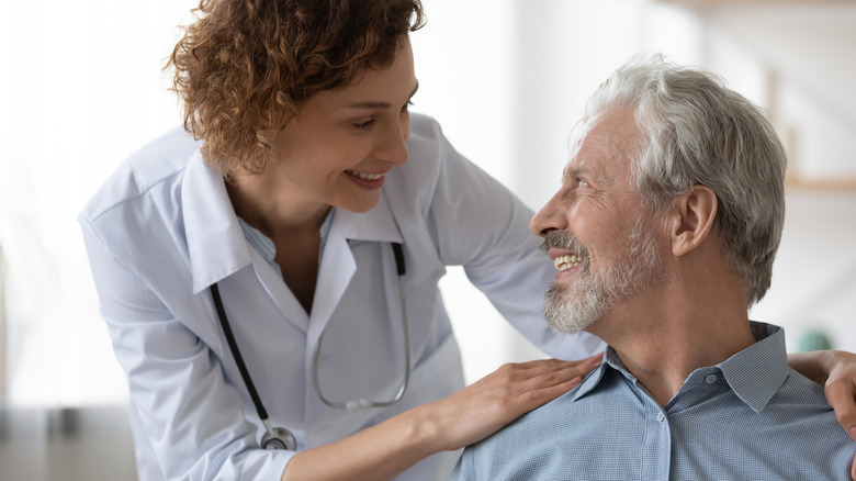 médecin et patient heureux