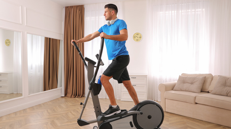 homme sur vélo elliptique