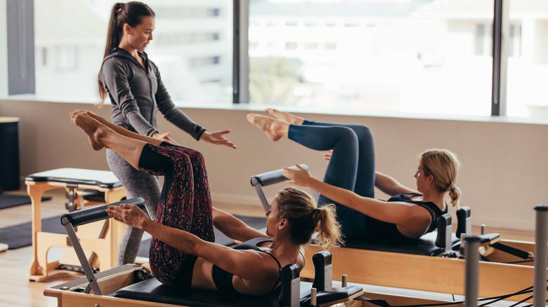 femmes à un cours de Pilates