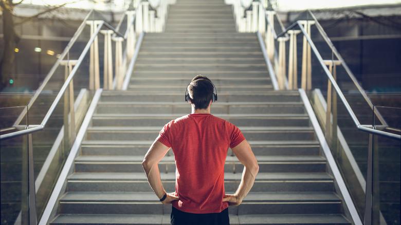 homme regardant les escaliers