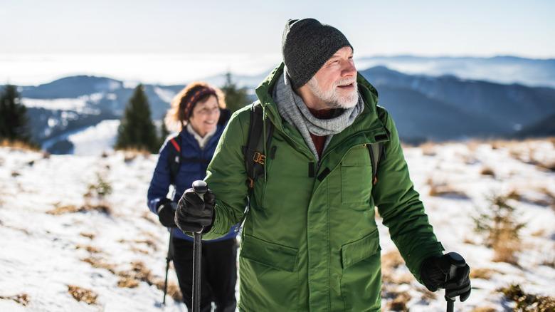 couple en randonnée dans la neige
