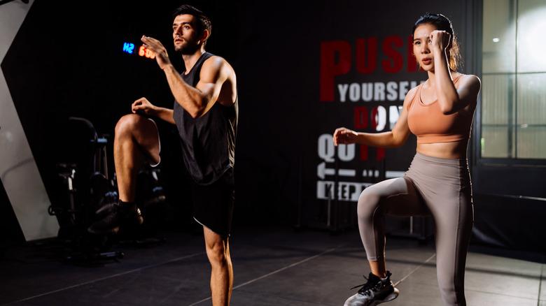 homme et femme faisant de l'exercice HIIT